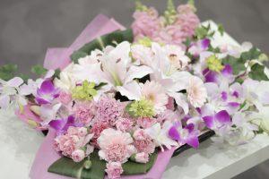 棺の上のピンク色の切り花02