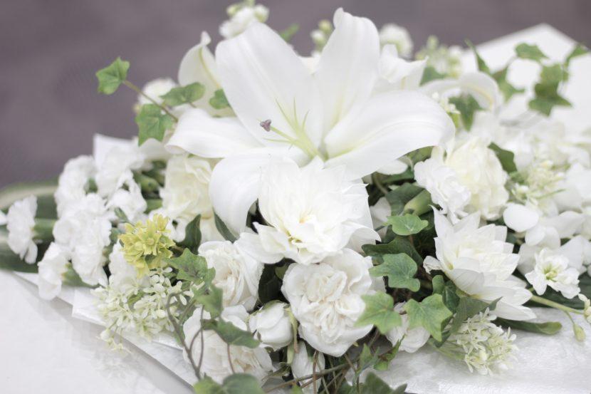 棺の上の白い切り花03